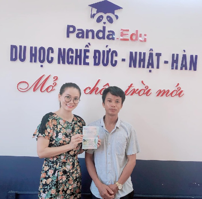 Trao visa cho phụ huynh bạn Kim Thoa